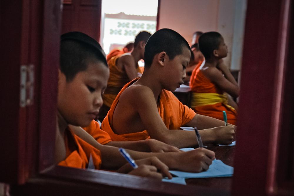 Юные монахи на уроках