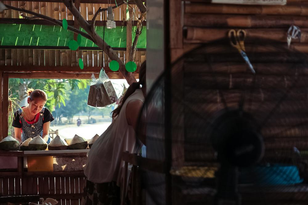 Продавцы кокосов на углу