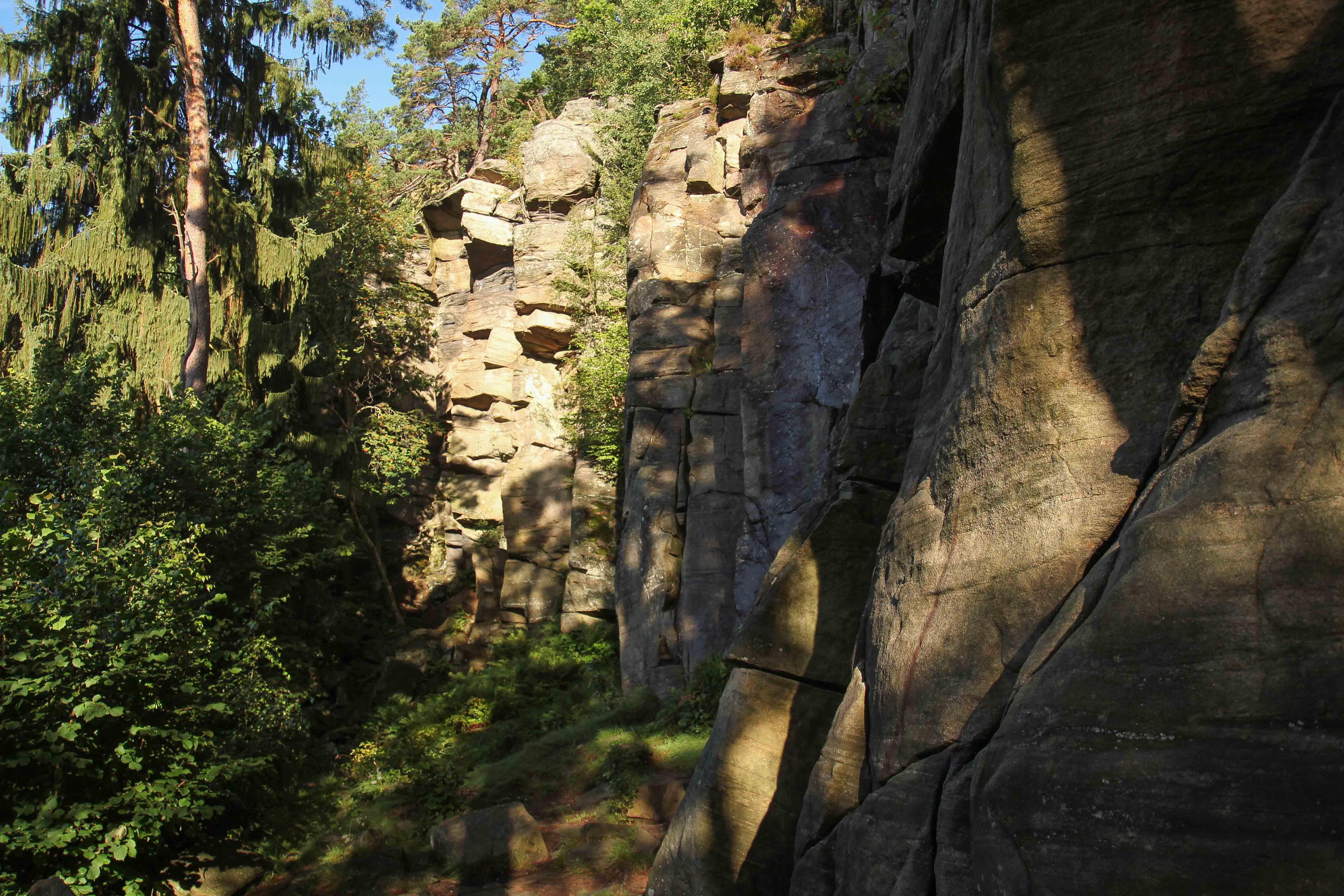 Скалы в городе